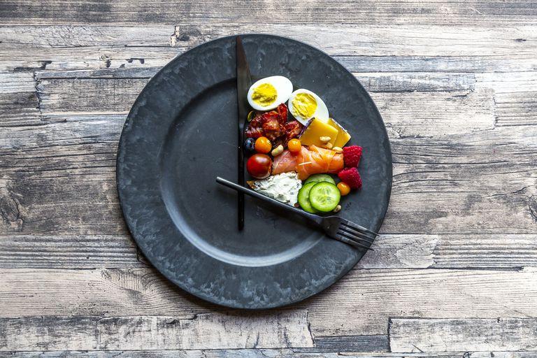 Периодическое голодание против других диет: Что лучше?