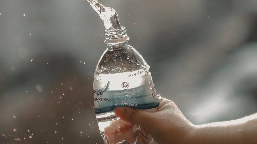 Puedo volver a usar mi botella de agua embotellada?