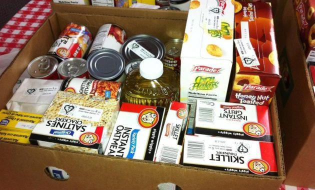 Stockage d'un garde-manger alimentaire d'urgence durant une pandémie de verrouillage vers le bas